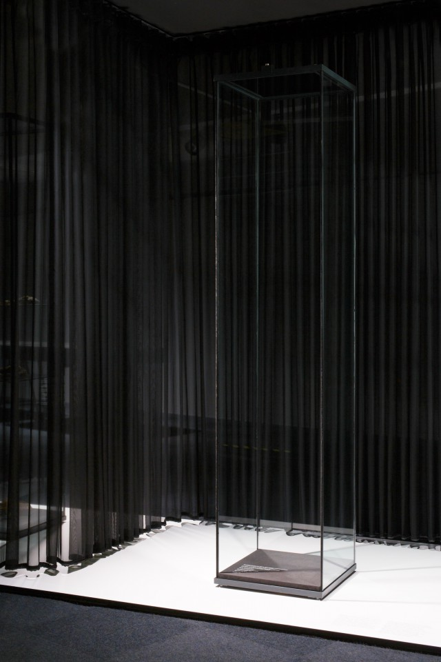 "<span lang=""de"">Akusmatische Vitrine</span><span lang=""en"">Acousmatic Glass Cabinet</span>"
