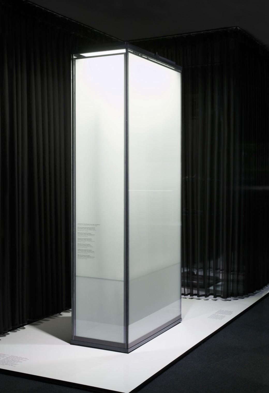 """<span lang=""""de"""">Trübende Vitrine</span><span lang=""""en"""">Tarnishing Glass Cabinet</span>"""